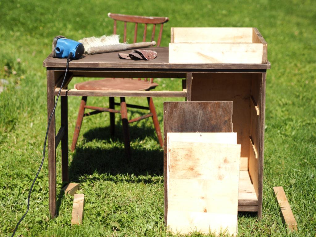 vanha koulupöytä
